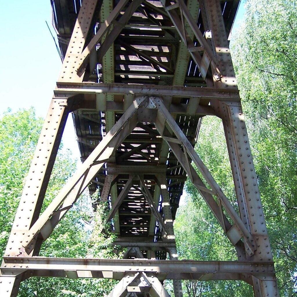Den flotte stålkonstruksjonen til Hølensbrua sett fra undersiden. Bilde.