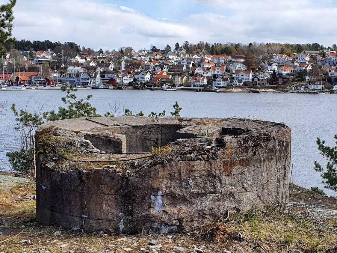 Fundamentene på Laksa med utsikt mot den hvite trebebyggelsen i Son. Bilde.