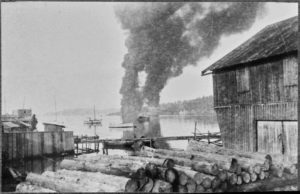 Sabotasjeaksjonen var vellykket. Røyken fra oljetanker i brann sett fra Son sentrum. Bilde.